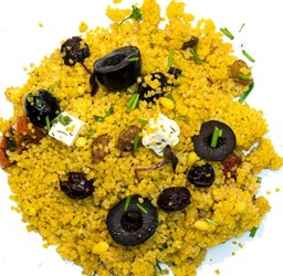 Quinoa salade met feta en zontomaatjes