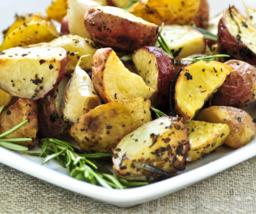 Aardappelwedges met schil in olie.