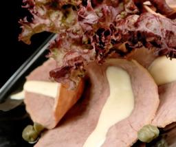 Vitello Tonato (kalfsvlees) op bord.