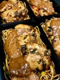 Noodles met kippendij en satesaus
