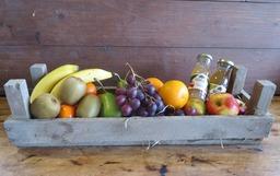 Kistje met vers fruit en sap